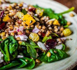 Buchweizensalat mit Sultaninen und Feldsalat