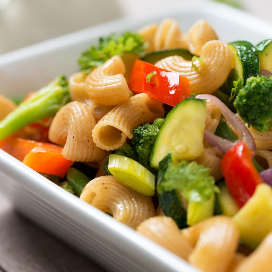 Italienischer Nudelsalat mit gebratenem Gemüse