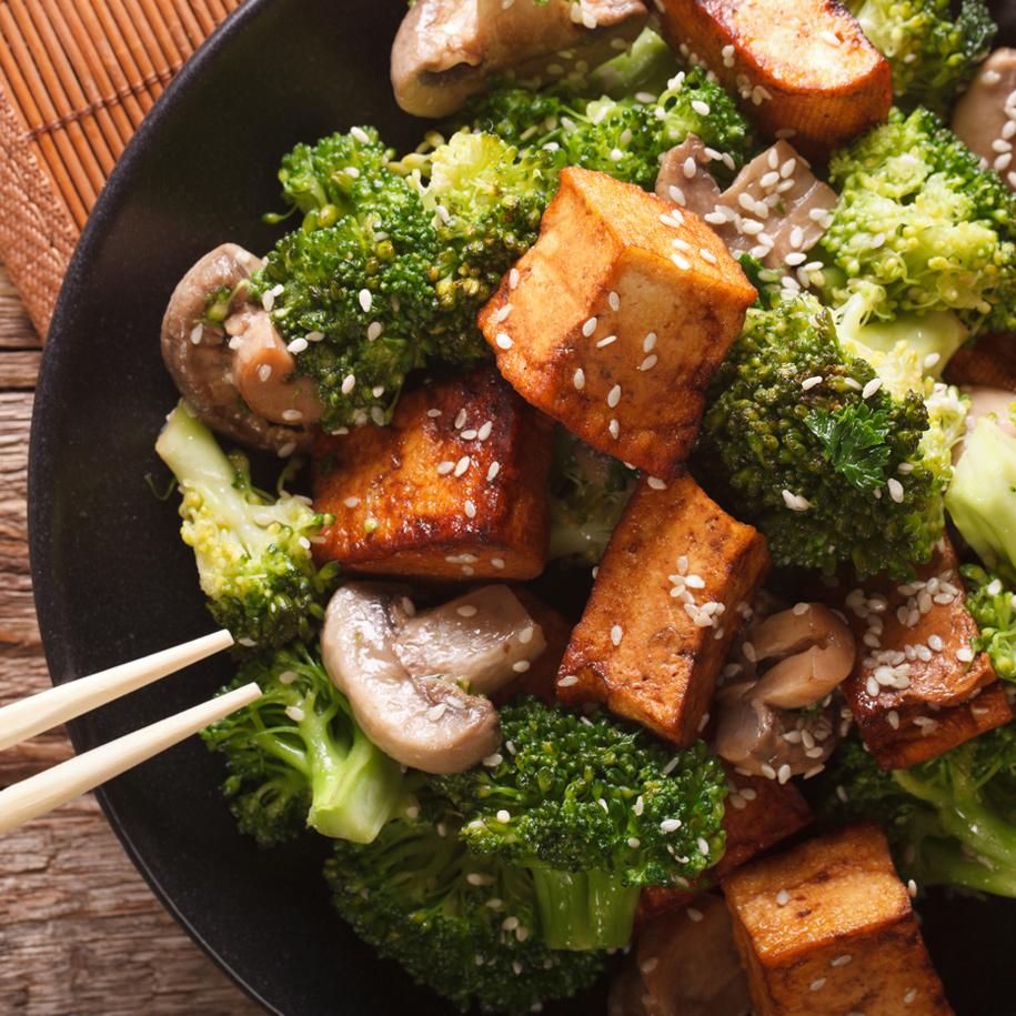 Erdnuss-Brokkoli-Salat mit Tofu