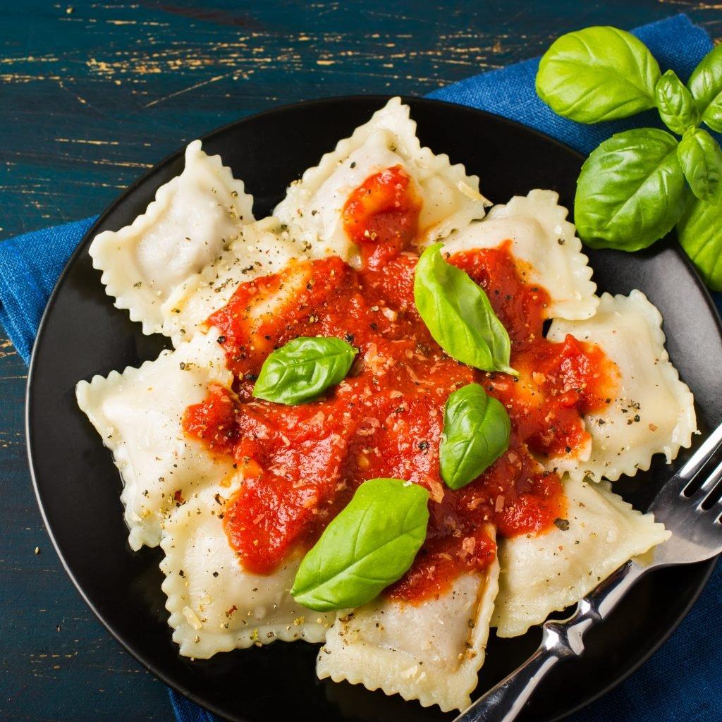 Ravioli mit Spinat, Tofu und Tomatensauce!