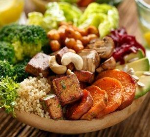 Süßkartoffel-Bowl mit Cashews und Brokkoli