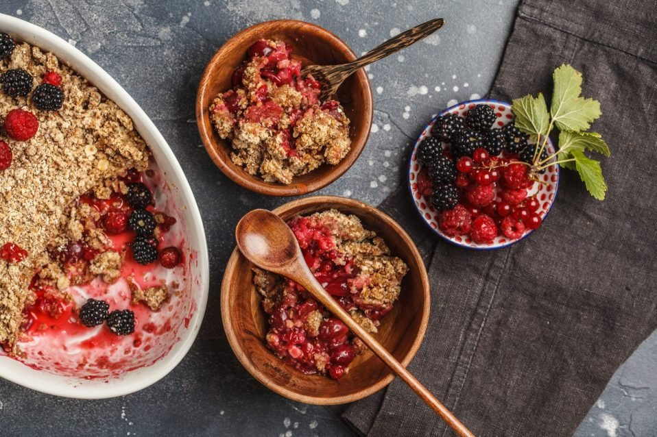 Zum Frühstück oder als Dessert? Schneller Beeren-Crumble